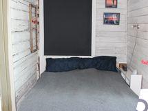 Olohuoneesta on kulku niin ikään makuualkoviin. Alkovissa on ovi myös ulos.