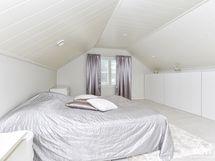 yläkerran makuuhuone, kaapistot koko seinän pituudella