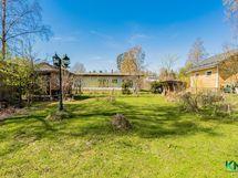 Tonttia riittää, voit pelata ja viihtyä pihalla tai kasvattaa puutarhan. Ennakkolaskenta on 500 m2 määräalalle.