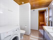 Kylpyhuoneessa on toinen wc-istuin sekä tilavaraus pyykinpesukoneelle