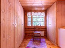 Pienempi makuuhuone jossa on runsaasti kaappitilaa