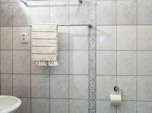 Erillinen wc pukuhuoneessa