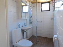 Tilava, hiljattain remontoitu kylpyhuone