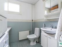 Alakerran WC:ssä myös kodinhoitotilaa