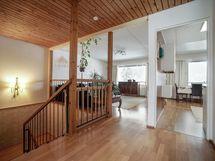 Yläkerran aula ja näkymä olohuoneeseen ja keittiöö