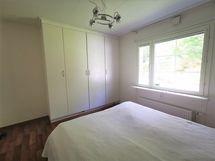 Isointa makuuhuonetta, kaapisto