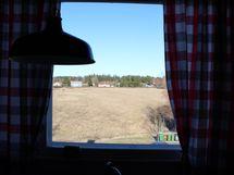 Keittiön ikkunasta avautuvat idylliset peltomaisemat.