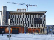 Autohalliin on pääsy Puutarhakadun puolelta. Pysäköintihalliin pääsee myös sisäkautta uuden Matkakeskuksen kautta.