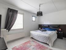 Yläkerran tilava makuuhuone