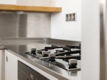 Keittiössä kaasuliesi sekä keraaminen liesi