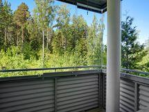 Lasitetulta parvekkeelta on vehreä puistomainen näkymä