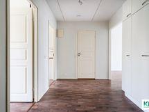 Näkymä ulko-ovelta, vasemmalla mh ja k