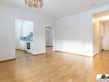 Olohuoneesta keittiön, makuuhuoneen ja eteisen suuntaan