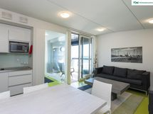 Taloyhtiön saunatilojen yhteydessä on lasitettu parveke, keittonurkkaus ja olohuone