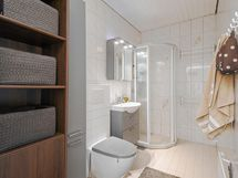 uusittu kylpyhuone, mm. seinäkiinnitteinen istuin