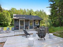 Pihasauna omalla terassilla ja huoneella, mihin vieraat voivat majoittua.