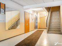 Talon ala-aula, josta kulku saunaosastolle ja muihin tiloihin