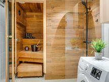 tyylikäs kylpyhuone sadesuihkulla
