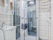 kylpyhuoneessa iso suihkukaappi