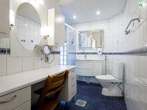 Erillinen wc, meikkauspöytä ja suihku