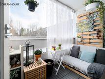 Olohuoneen jatkeena toimii lasitettu parveke keväästä pitkälle syksyyn