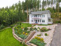 Talo sijaitsee upealla maisematontilla. Kulkeminen rinnetontilla on helppoa, koska portaita ja kulkuväyliä on runsaasti.