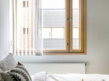 Makuuhuoneessa tilaa leveälle sängylle