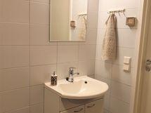 kylpyhuoneen allas ja kaapistot ovat myös saunan yhteydessä