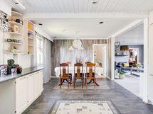 Näkymä keittiöstä ruokailutilaan ja olohuoneeseen, edessä ovi makuuhuoneeseen 4