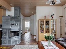 Olohuoneen ja keittiön välissä varaava takkaleivinuuni