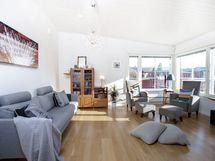 Olohuone on erittäin tilavan ja avaran tuntuinen viistokatto ja ison kulmaerkkeri-ikkunan ansiosta.