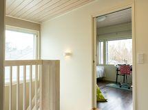 Yläkerran aulasta pääsee kolmeen makuuhuoneeseen ja kylpylämäiseen kylpyhuoneeseen saunoineen