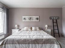 Makuuhuone 4, vaatehuone ja avoparveke