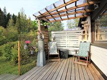 Takapihalla on terassi ja valokate, jossa on kiva nauttia kesän grillihetkistä tai siemailla kahvit ilta-auringosta nauttien