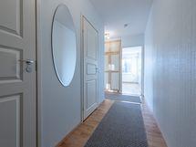 Tervetuloa kotiisi! Eteinen, vasemmalla vaatehuone ja wc/kph