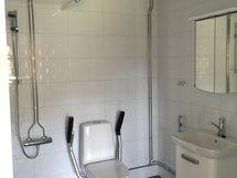 15 kpl samanlaisia huoneistoja. Kuva kylpyhuoneesta
