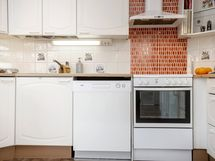 U-mallinen keittiö, välitilaa ja kodinkoneita uusittu tarpeen mukaan vuosien saatossa.