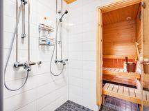 Kaksi suihkua pesuhuoneessa