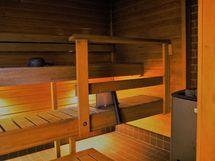 saunassa puulämmitteinen kiuas, lattialämmitys