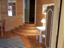 makuuhuoneesta olohuoneeseen johtavat portaat