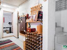 Kodin yksityiskohtia: leveät rappuset ja viinikaappi.