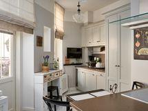 Keittiössä kivitasot, integroidut kodinkoneet ja marmori lattia