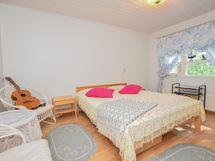 Takapihan puoleinen päädyssä sijaitseva makuuhuone