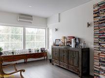 Yläkerran aulasta saa tarvittaessa tehtyä makuuhuoneen