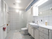 Yläkerran kylpyhuone suihkulla
