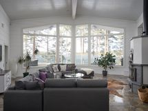 Tilava olohuone isoilla ikkunoilla