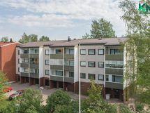 Hirsimäen suositulla asuinalueella tilava kolmio ensimmäisessä kerroksessa lasitetulla parvekkeella.