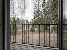 olohuoneen pikkuparveke, josta puistomainen näkymä