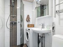 Todella nätti ja hyväkuntoinen, sekä tilava kylpyhuone.