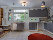 Keittiön ikkuna tuo mukavasti valoa kokkaajan arkeen